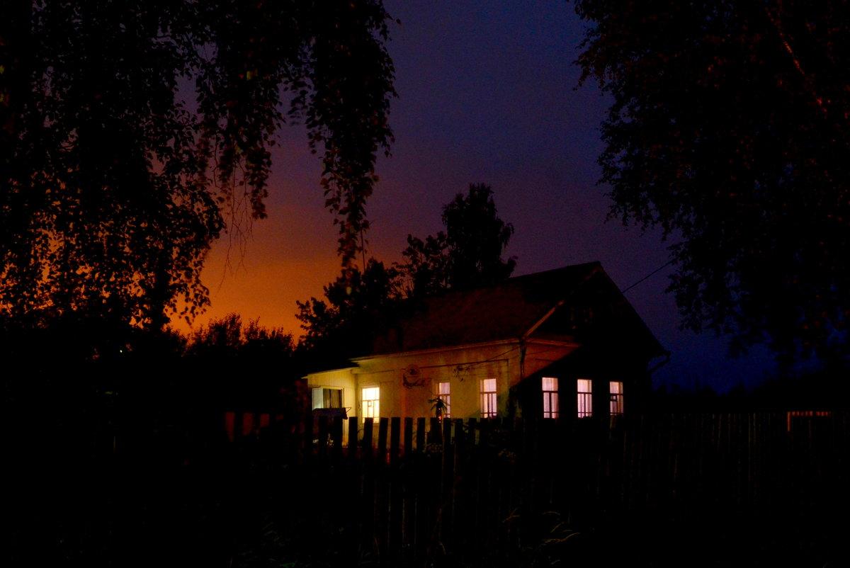 картинки деревенского дома вечером данному