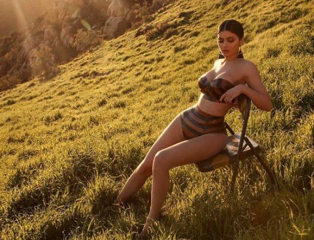 Сексуальная девушка посреди поля