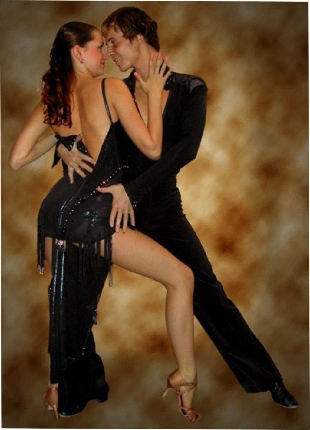 seksualnie-tantsi-muzhchin-krichit-sverhu-u-negra-zhopastaya-pornuha
