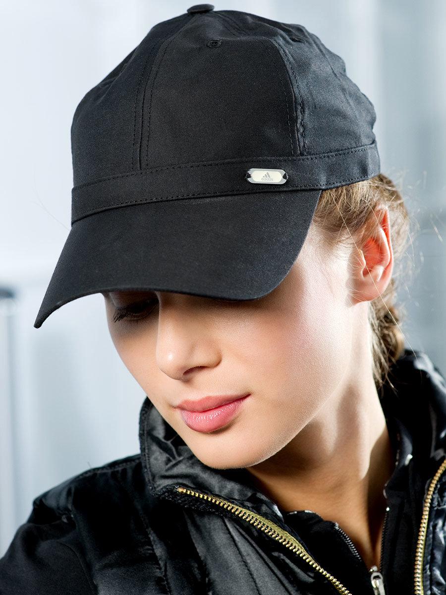 фото девушек брюнеток в кепке