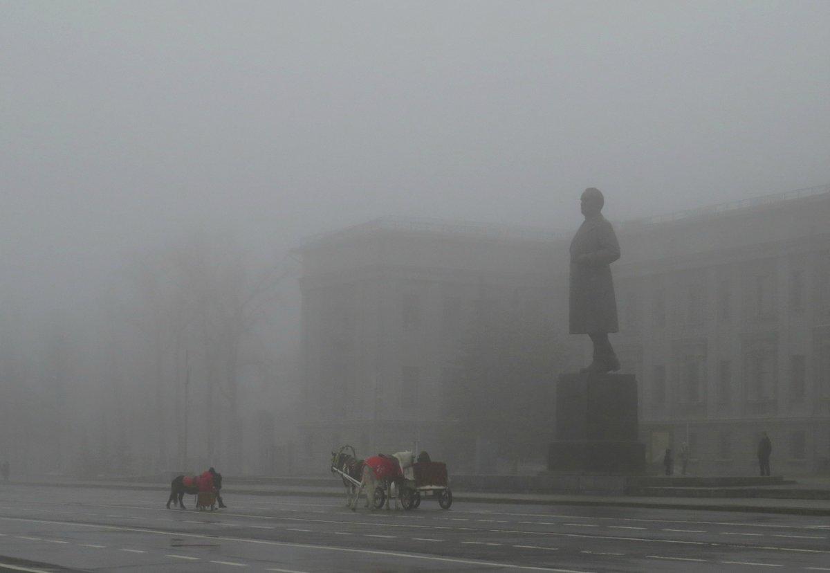 В городе туман #весна #город #март #памятники #погода #самара #скульптуры #театр #туман #фигуры
