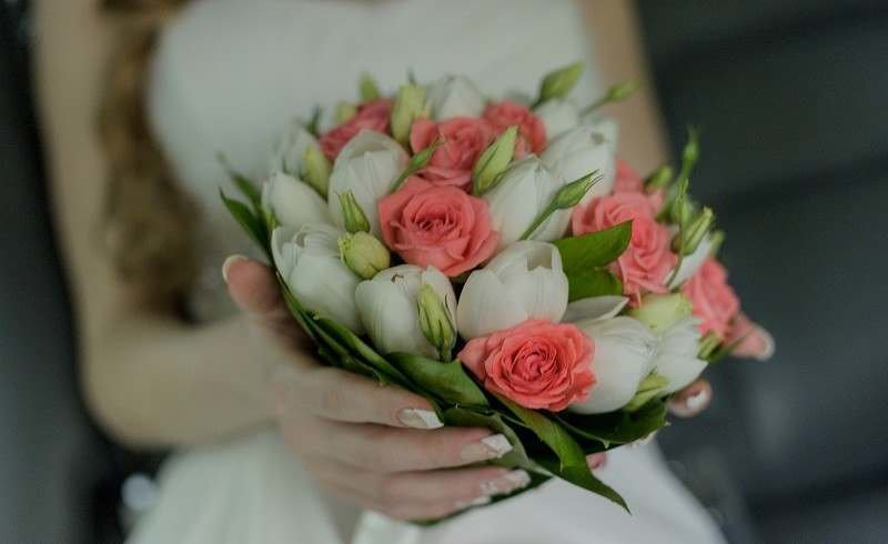 Свадебный букет дешево из тюльпанов и роз, альстромерией кустовыми розами