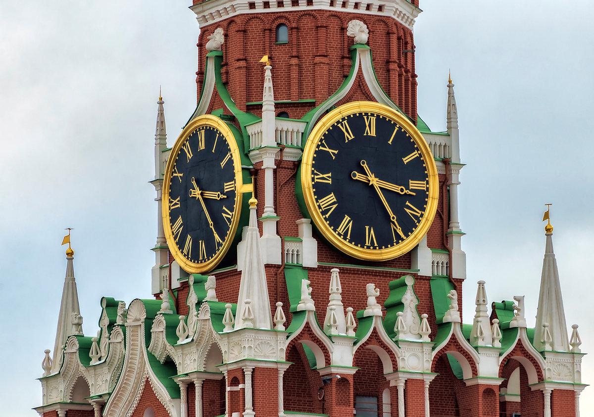 В начале каждого часа куранты вызванивают 4 раза, после чего большой колокол отбивает часы.