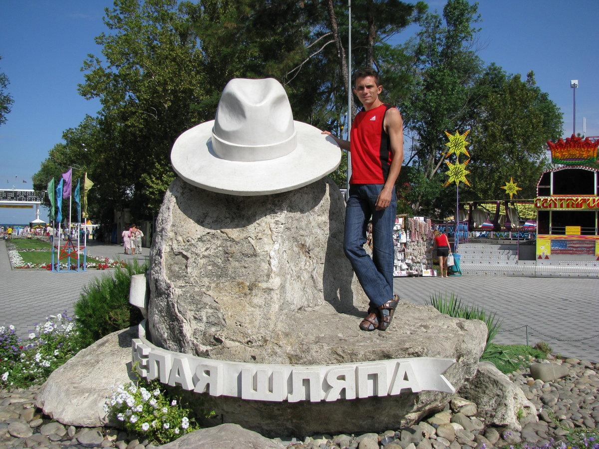 фото памятника шляпе колледже, техникуме