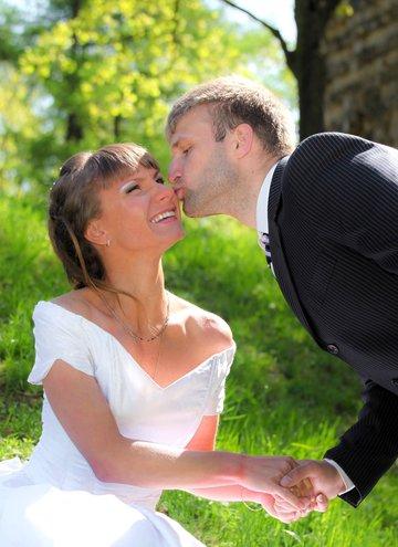 Девушка муж и жена поцелуи