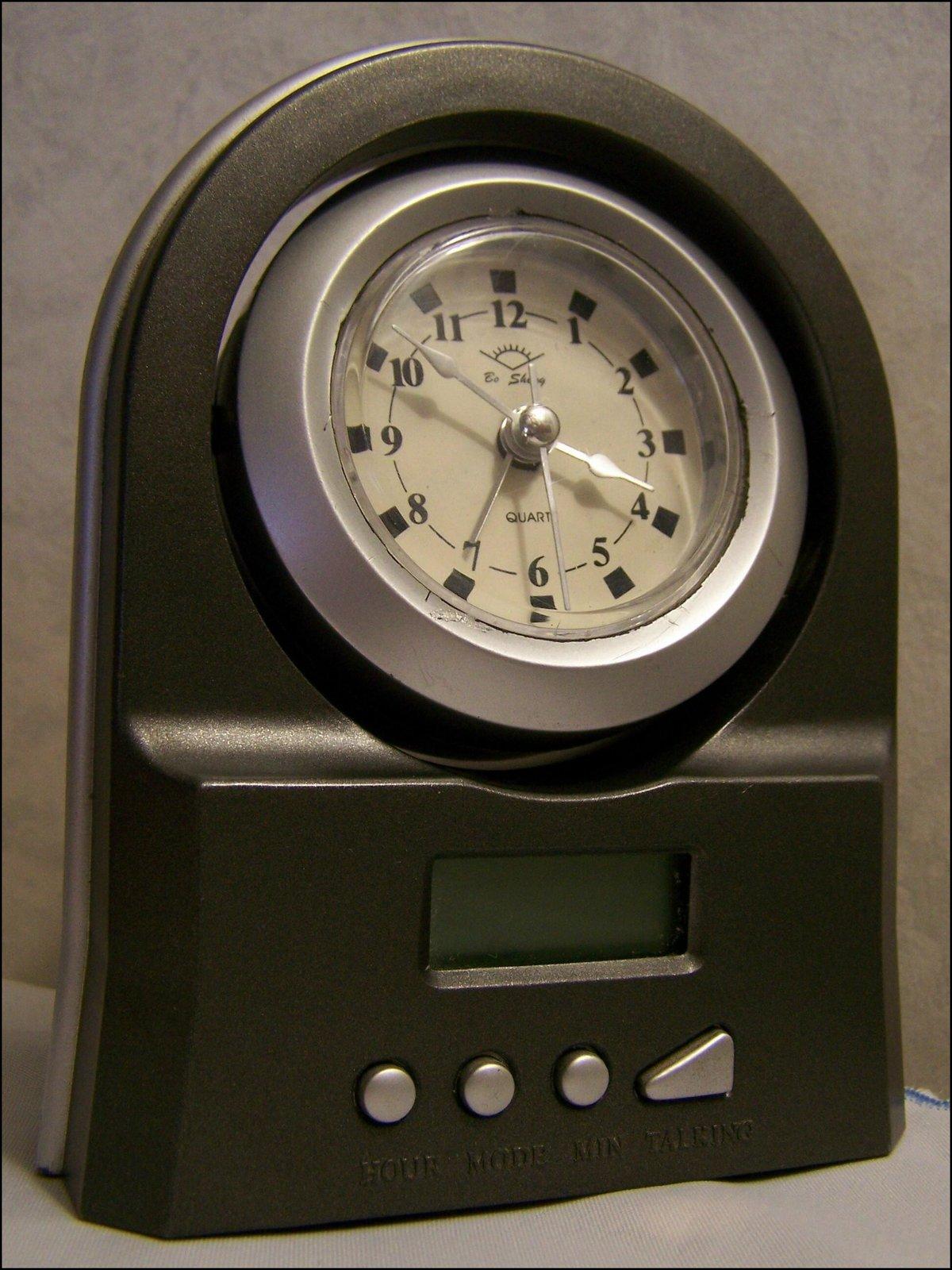 Tellmethetime предоставляет говорящие часы и ночные часы.