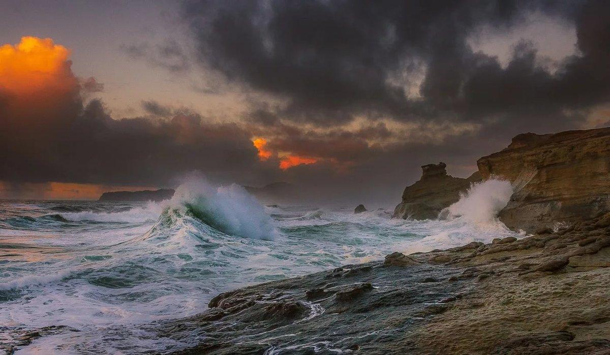 Море в шторм картинка