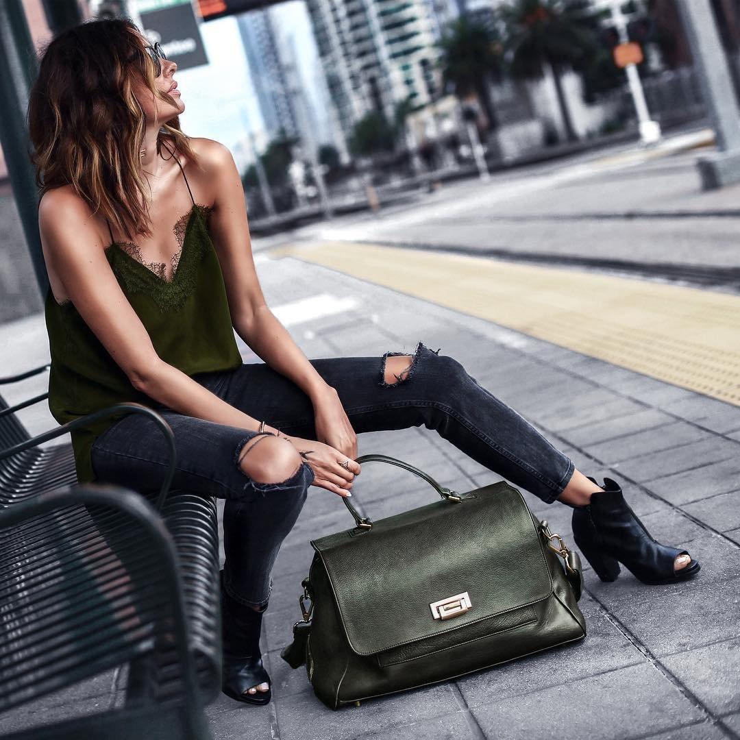 Девушка с сумкой картинка