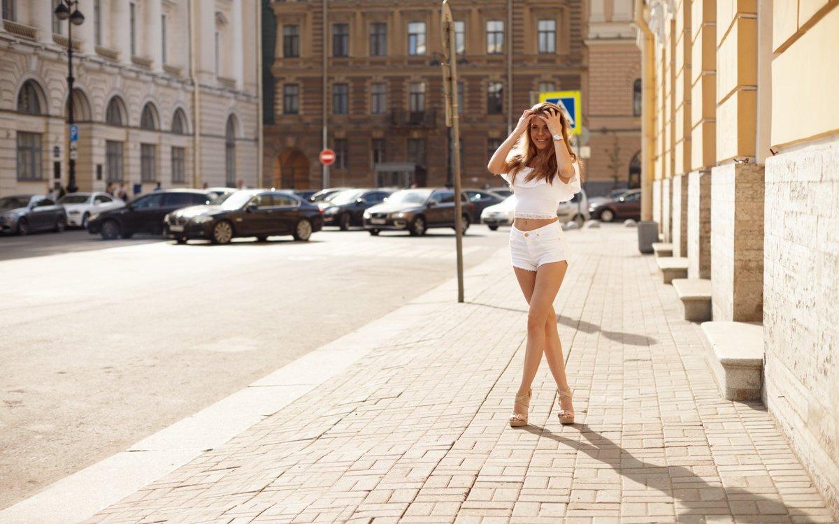 смотреть как голая красивая женщина гуляет на улице фото часто