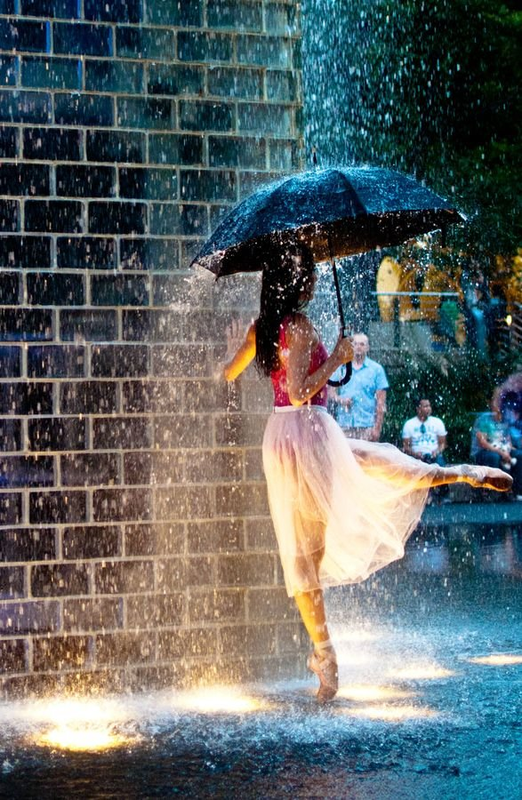 Марта, картинки девушка танцует под дождем