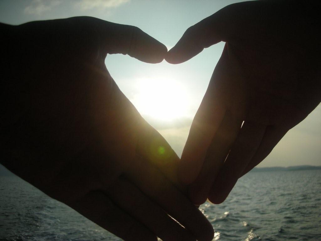 Руки сердечко море картинка