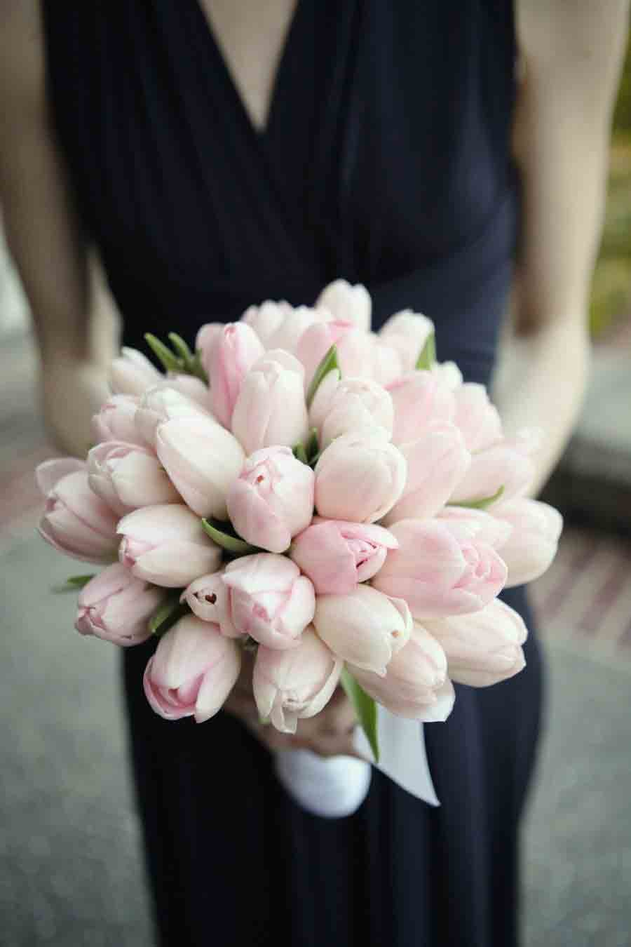 Нежный букет невесты из тюльпанов, цветы февраля фото