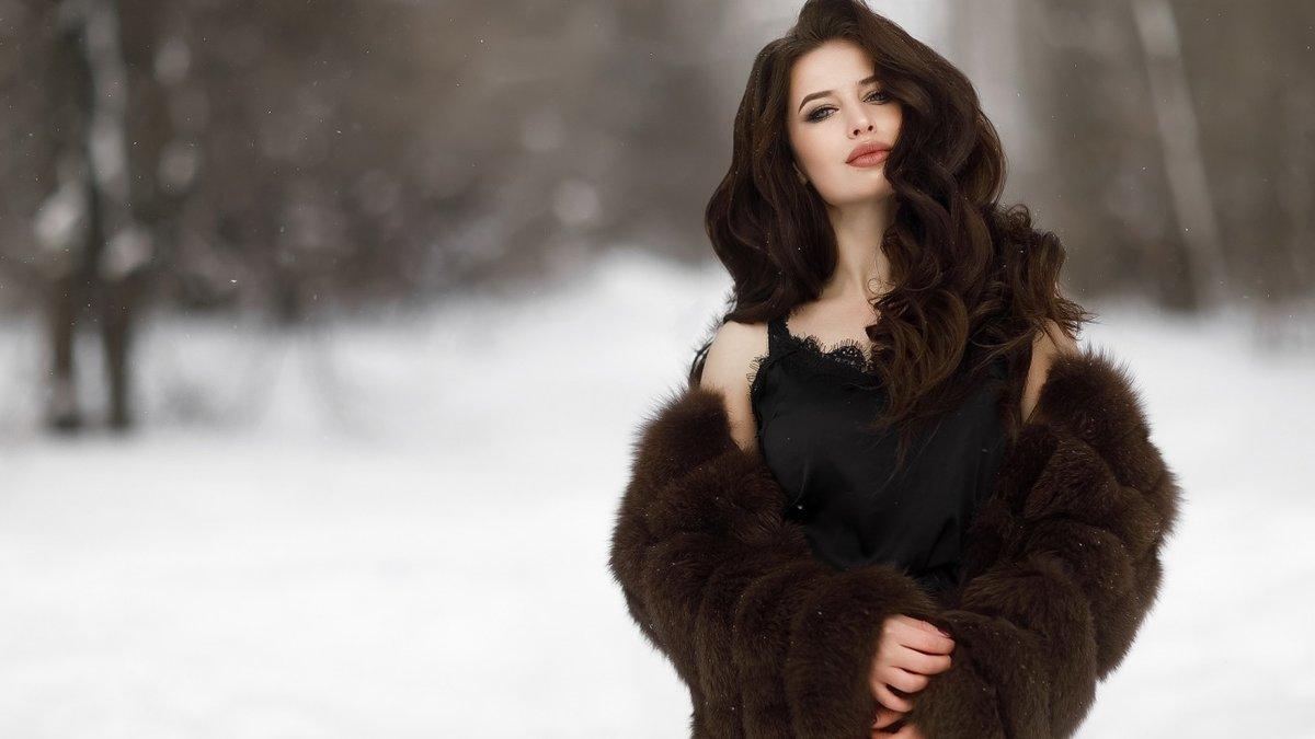 Фото девушка в зимнем лесу найдёте