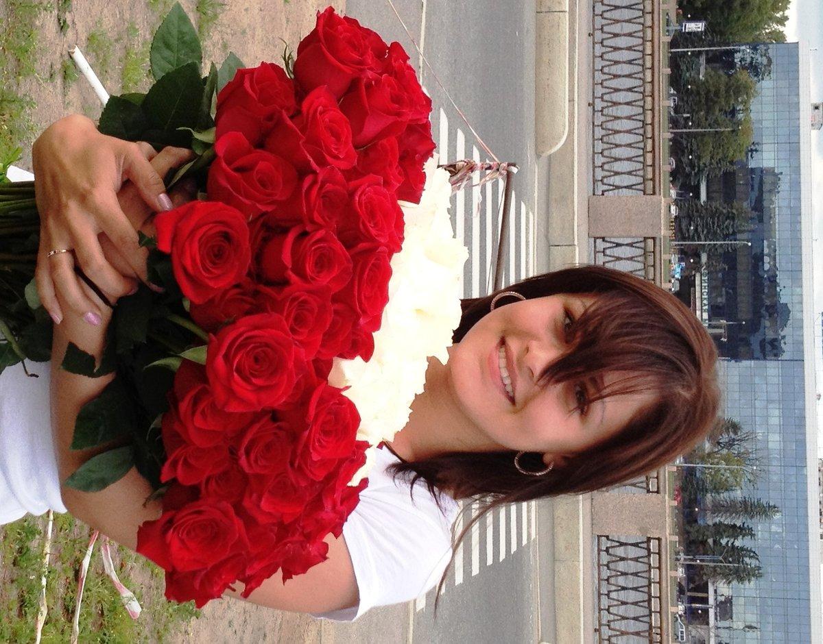 Картинка девушке с букетом цветов