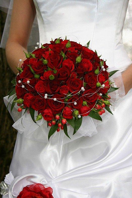 Букет с красными цветами.