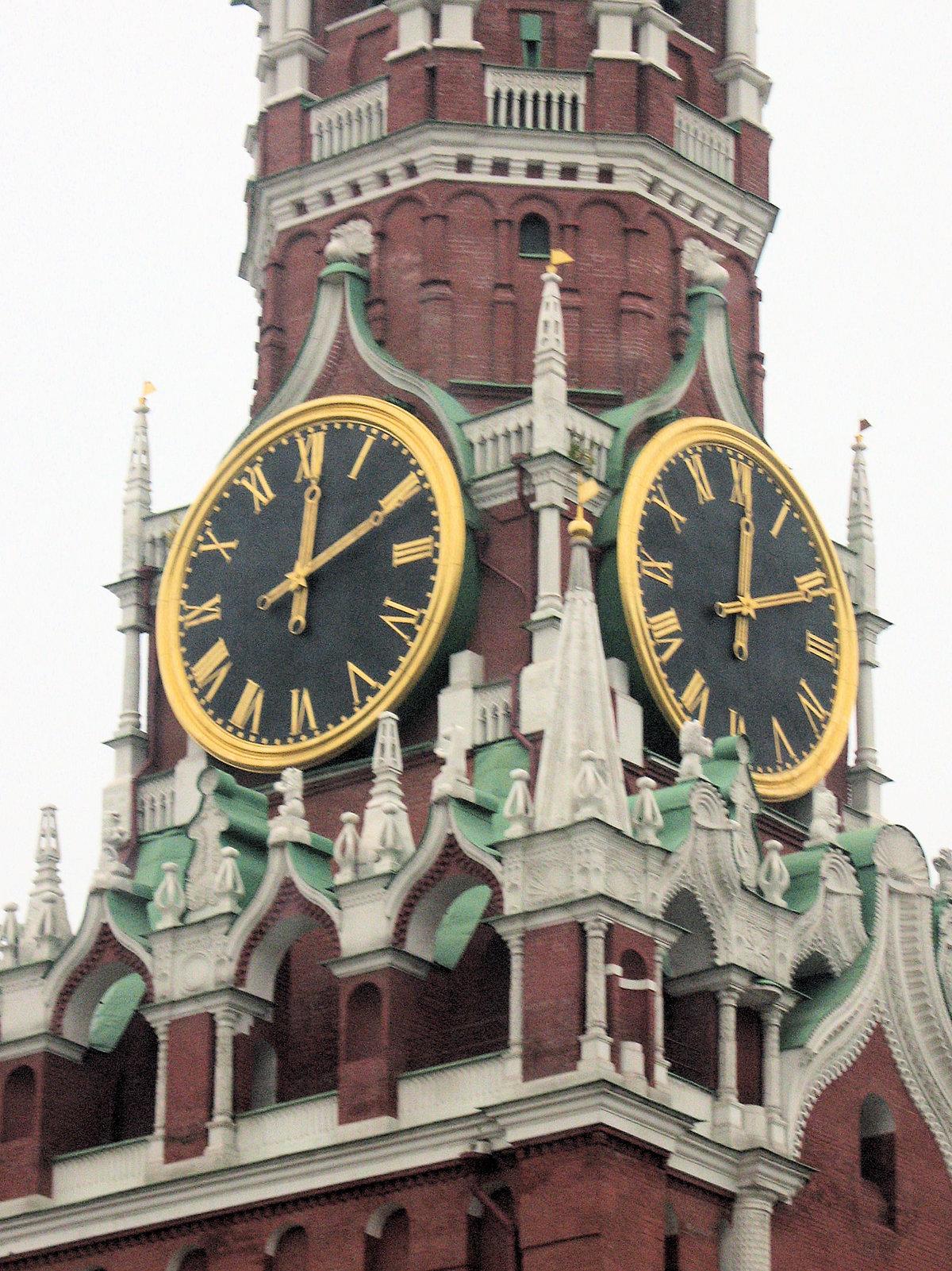 В кремле, в шатровом верхе спасской, ранее фроловской башни, выстроенном русским мастером баженом огурцовым, установлены главные часы российского государства, знаменитые кремлевские куранты.