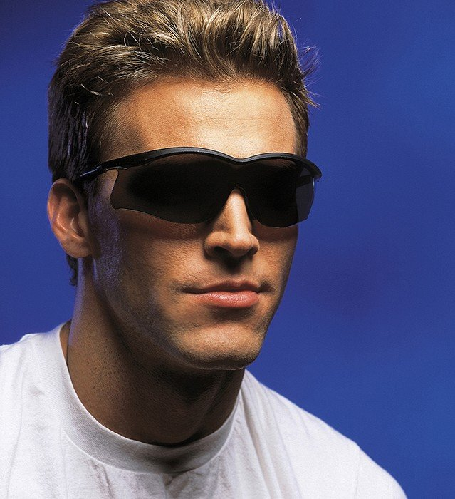 фото крутой парень в темных очках качестве строительного