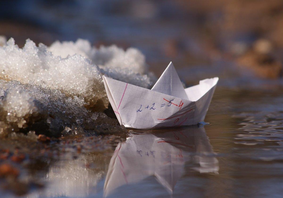 Белый кораблик плывет картинка