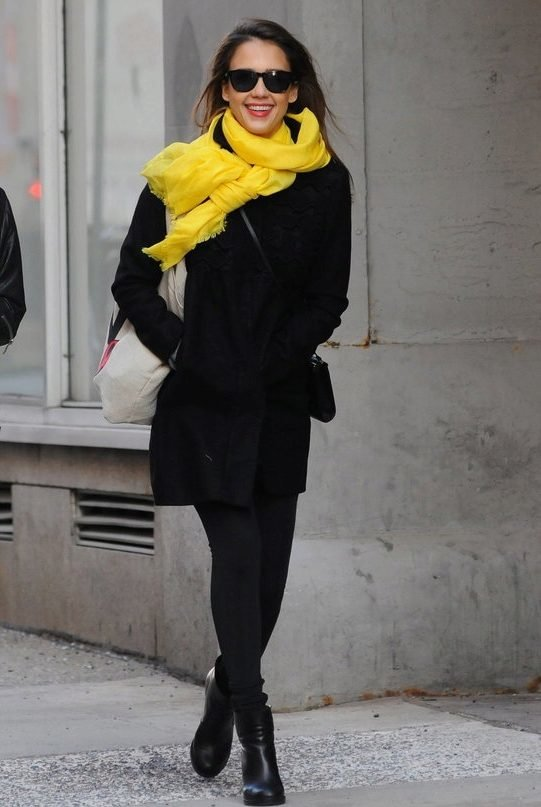 Джессика Альба дополнила образ в черном пальто желтым шарфом