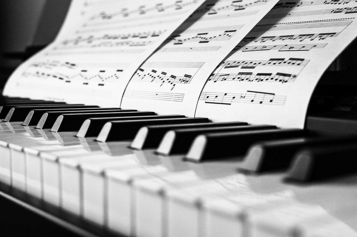 Картинка с клавишами фортепиано, мая день