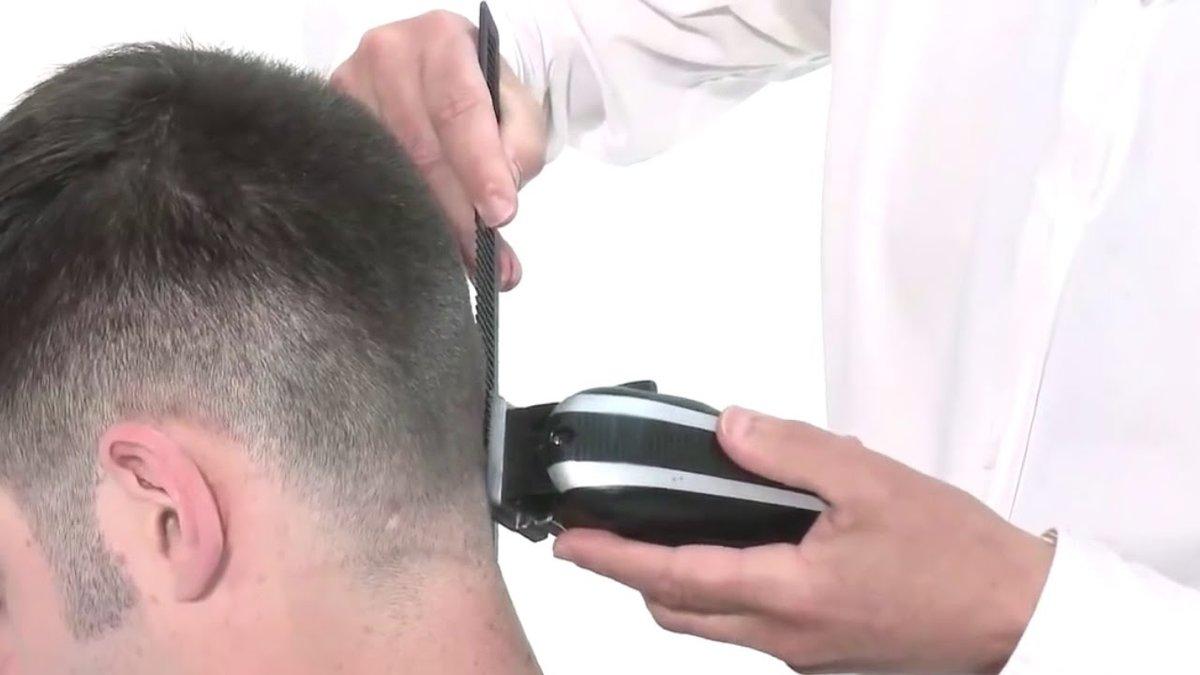 Качество и скорость выполнения стрижки во многом зависят от подготовительного этапа, в который входят подбор инструментов и мытьё волос.