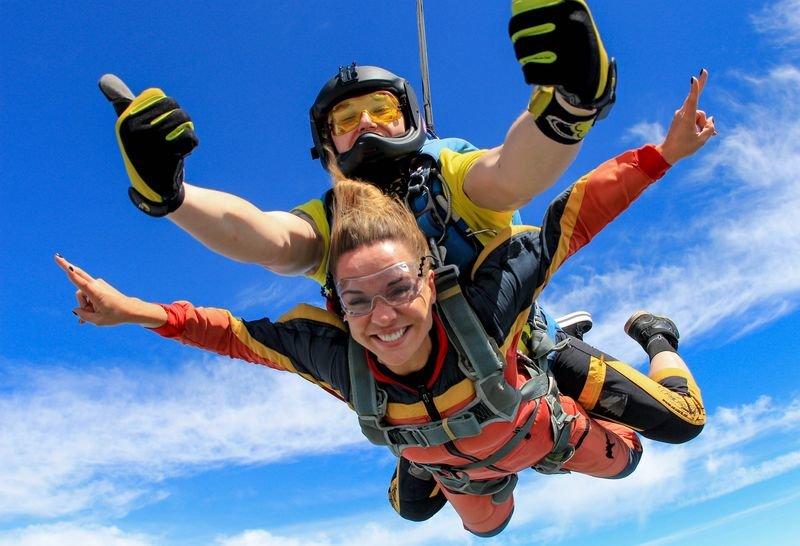 Дню, картинка прыжок с парашютом