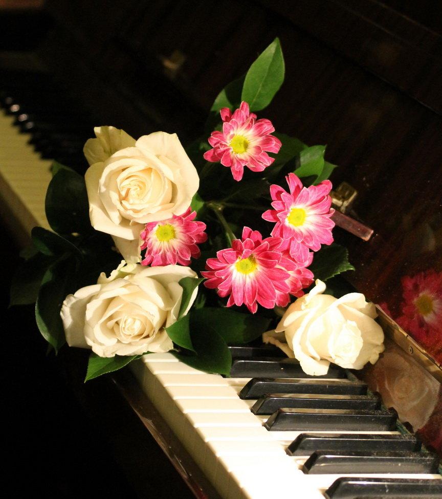 Открытки с цветами и роялем