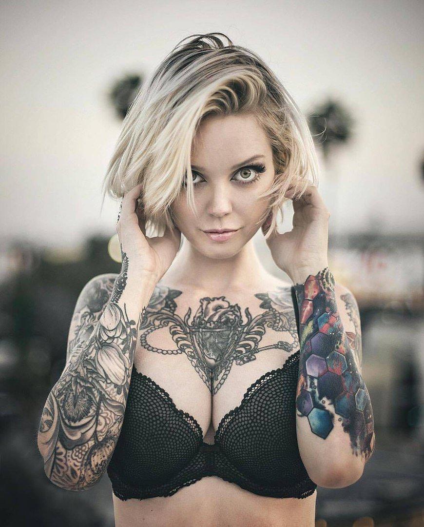 Пышногрудая красавица в татуировках