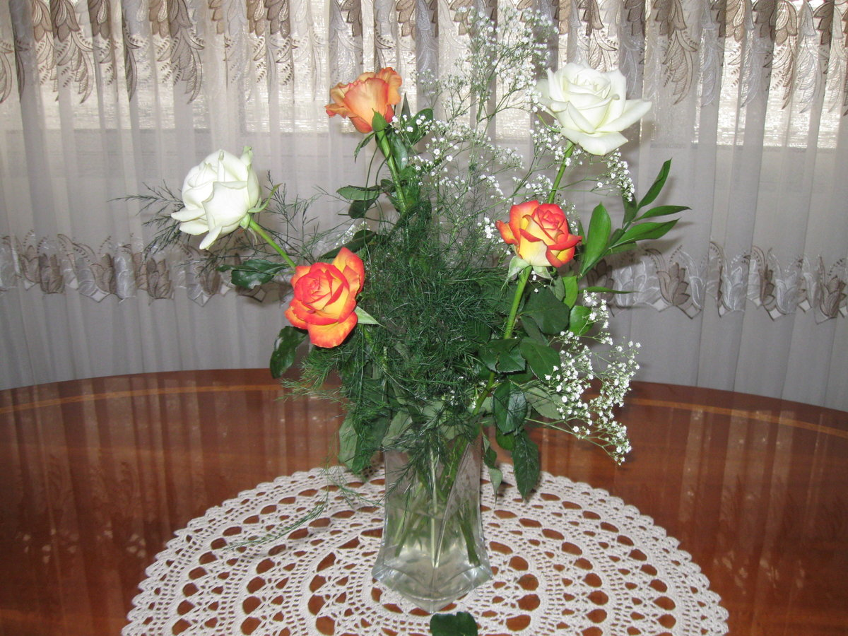 фото цветов на столе дома порадовали
