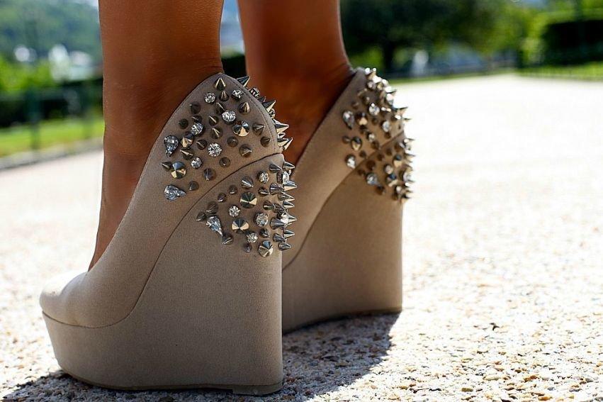 днем туфли с шипами в картинках между собой