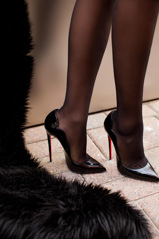 женские ноги на каблуках юридическом