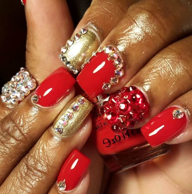 Дизайн ногтей красный со стразами фото