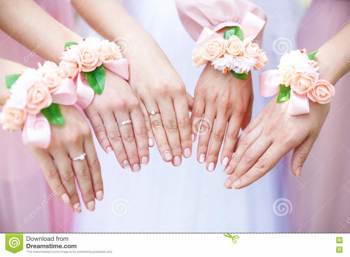 Foto acerca Novia y damas de honor con las pulseras de la flor en ...