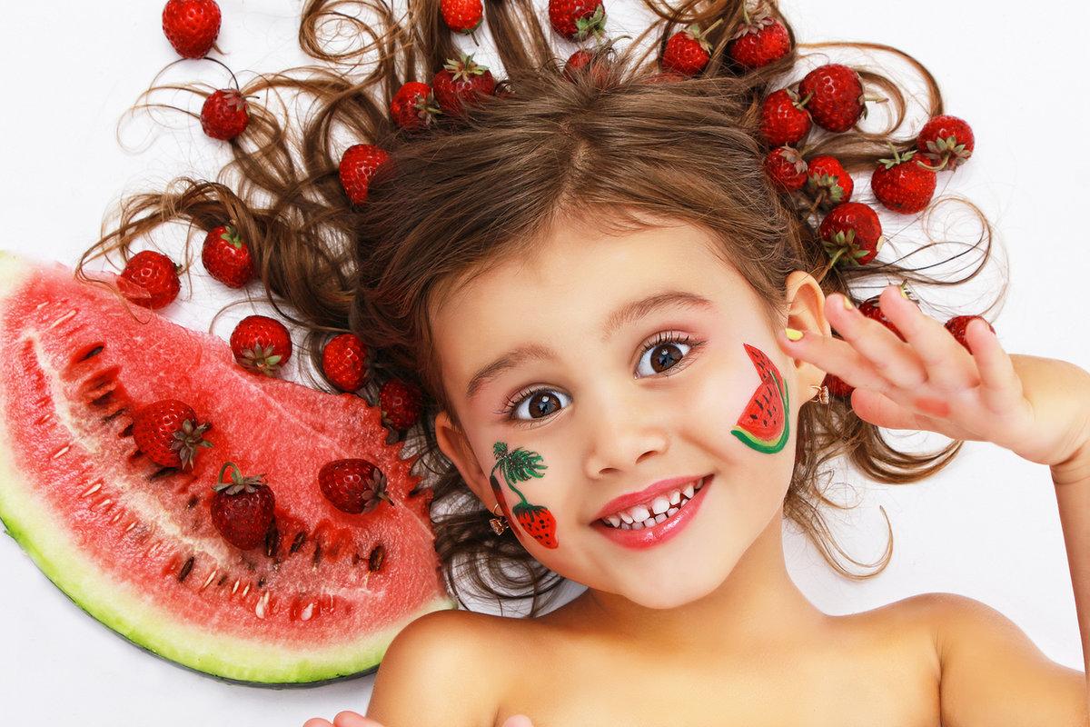 Прикольные картинки дети с фруктами