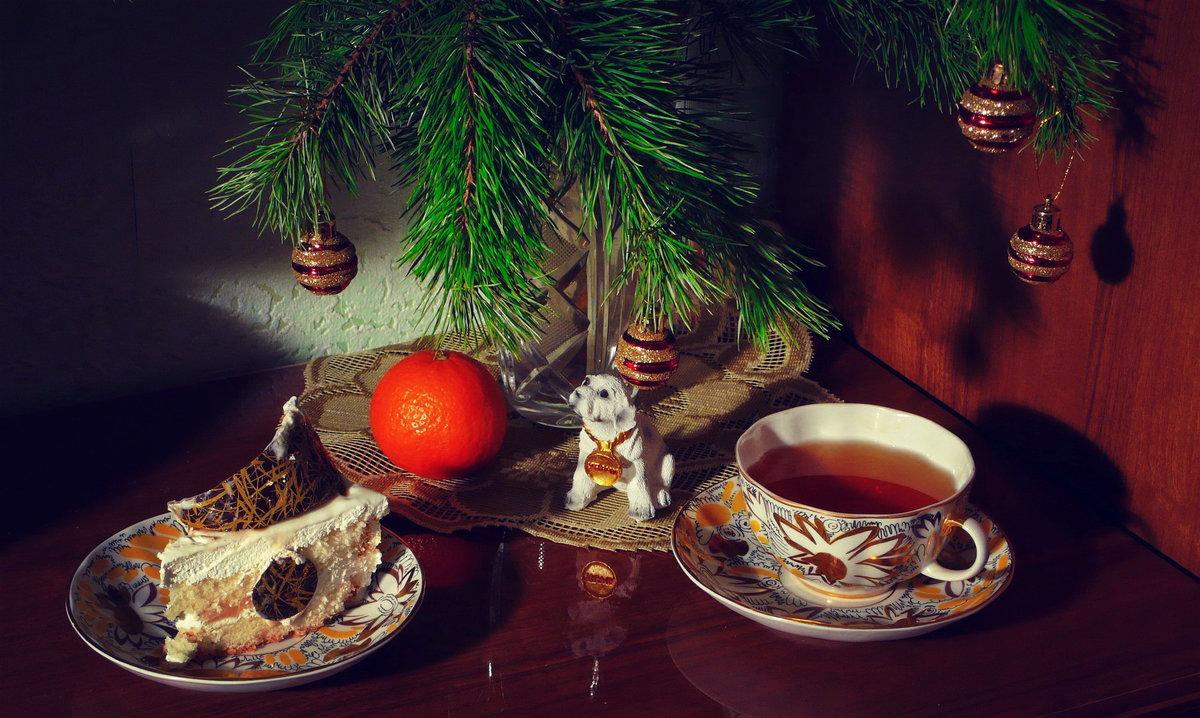 публикует зимние картинки с чаем и елкой зал