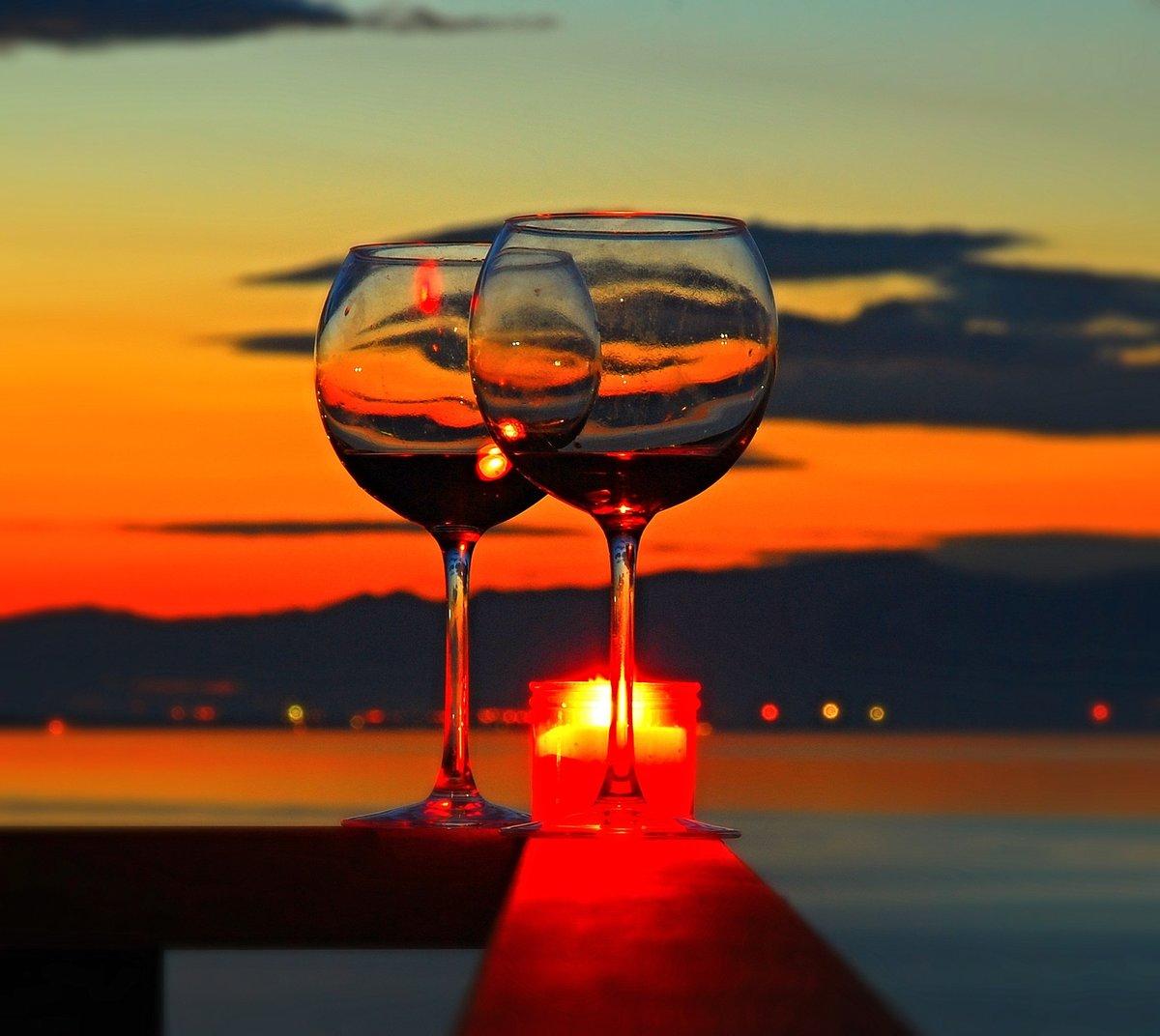 Картинка вечер у моря и два бокала вина