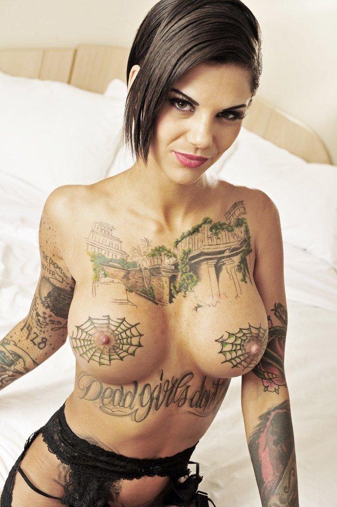 Порно актриса с татуировками в виде паутины на груди #7