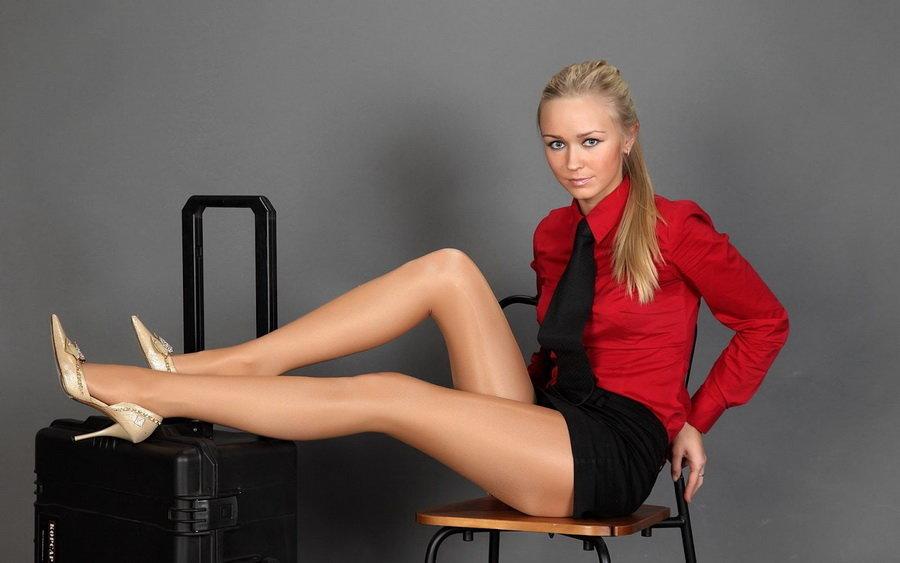 Длиными ногами с девушки