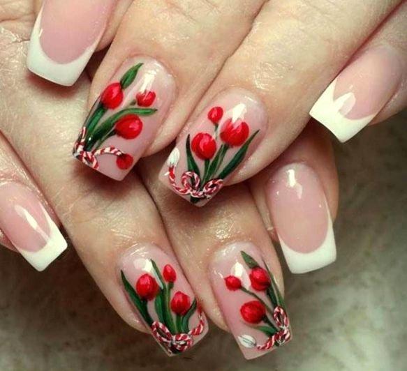 Однотонный двухцветный маникюр с лиловыми цветами на ногтях.