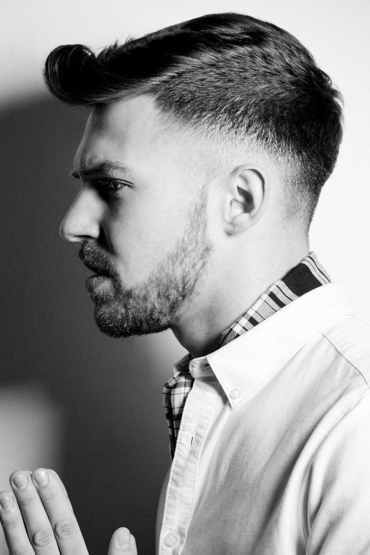Волосы, стоящие вертикально, взъерошенные или ниспадающие почти до плеч, прямые или кудрявые — с учетом всех нюансов создаются парикмахерские шедевры.
