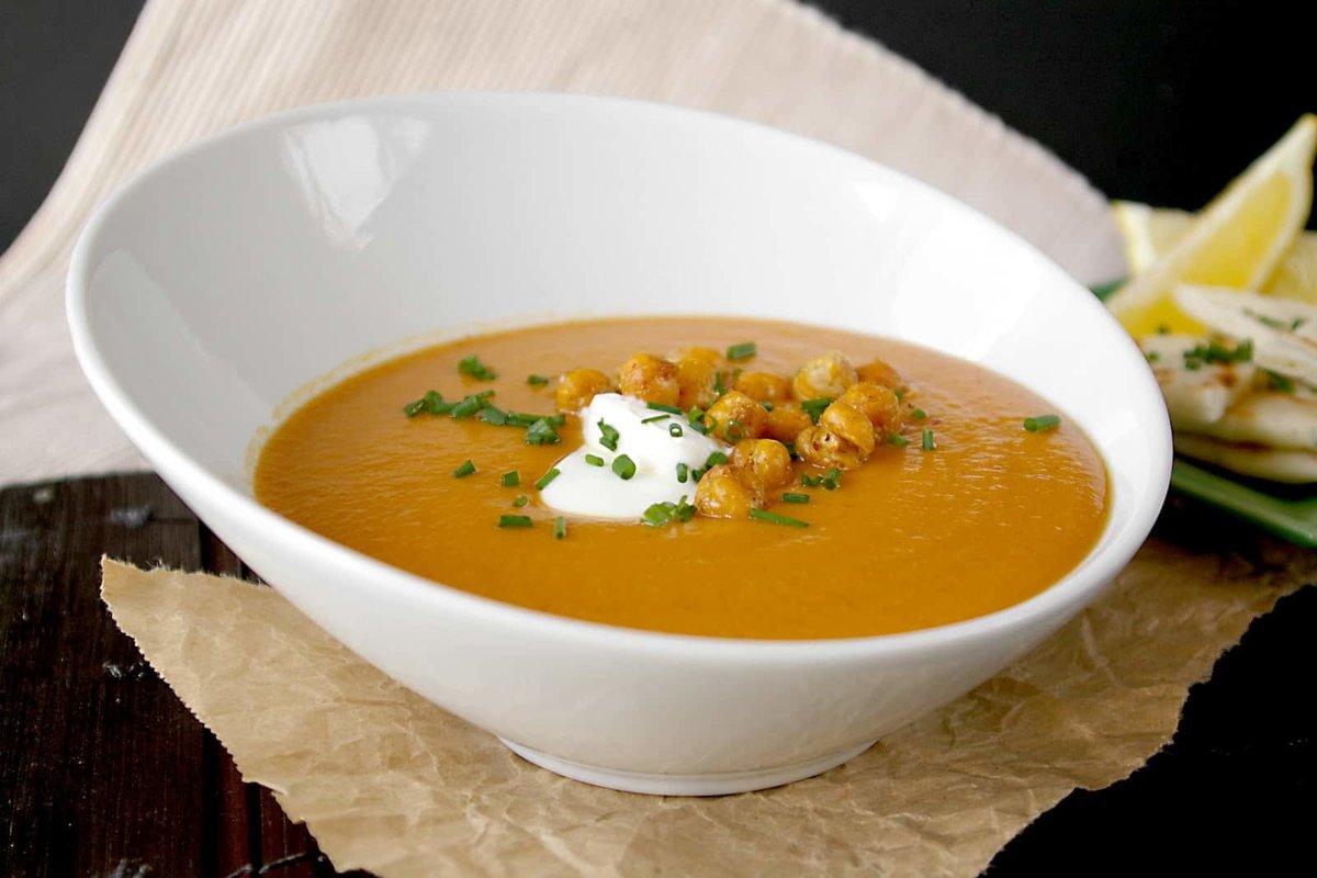 При соблюдении диеты по таким заболеваниям, как гастрит, панкреатит, холецистит и другим проблемам со здоровьем, нельзя есть супы с мясом, специями и некоторыми овощами.