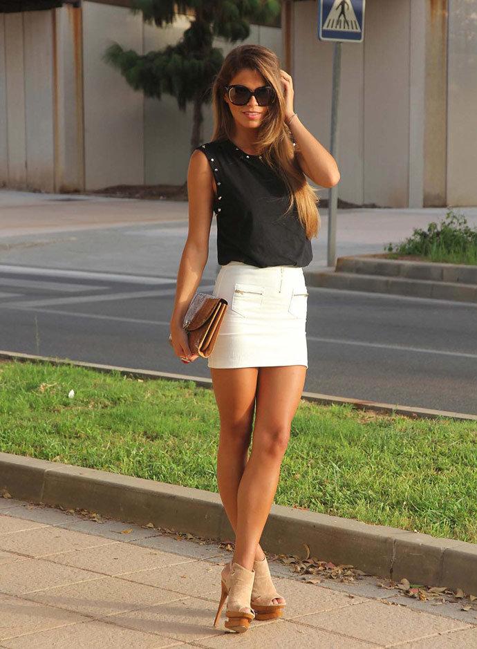 Красивое короткая юбка на девушке