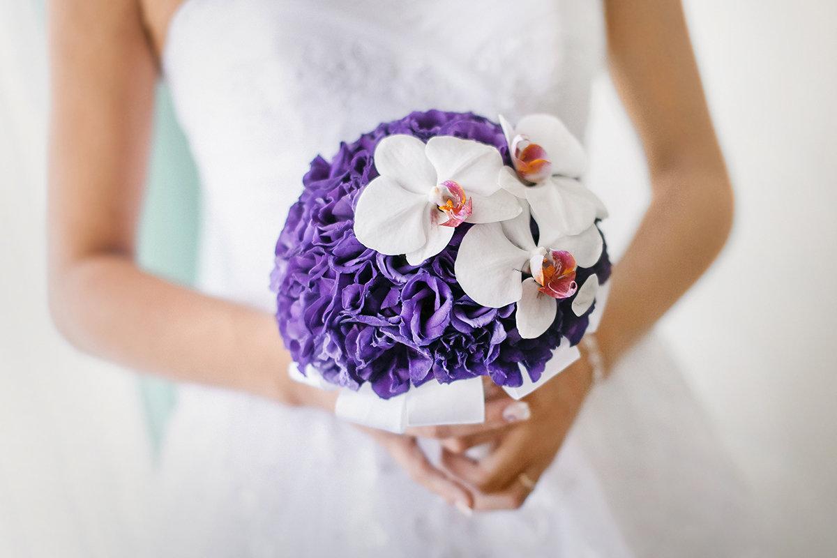Магазин цветов, свадебный букет с фиолетовым оттенком