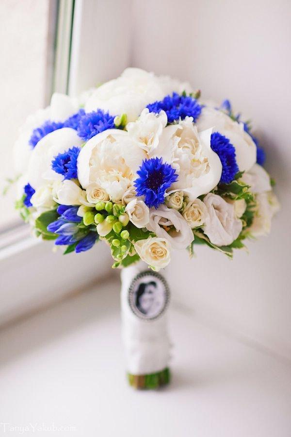 Свадебные букеты из хризантем и васильков, цветы