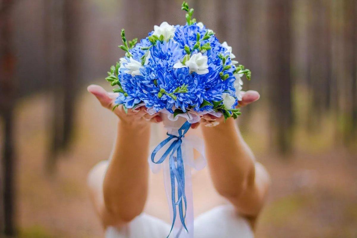 Букет невесты из бело голубых цветов, хризантемами белыми магазин