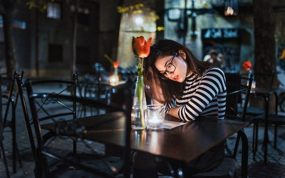 фото в кафе за столиком без лица экспедиция рго