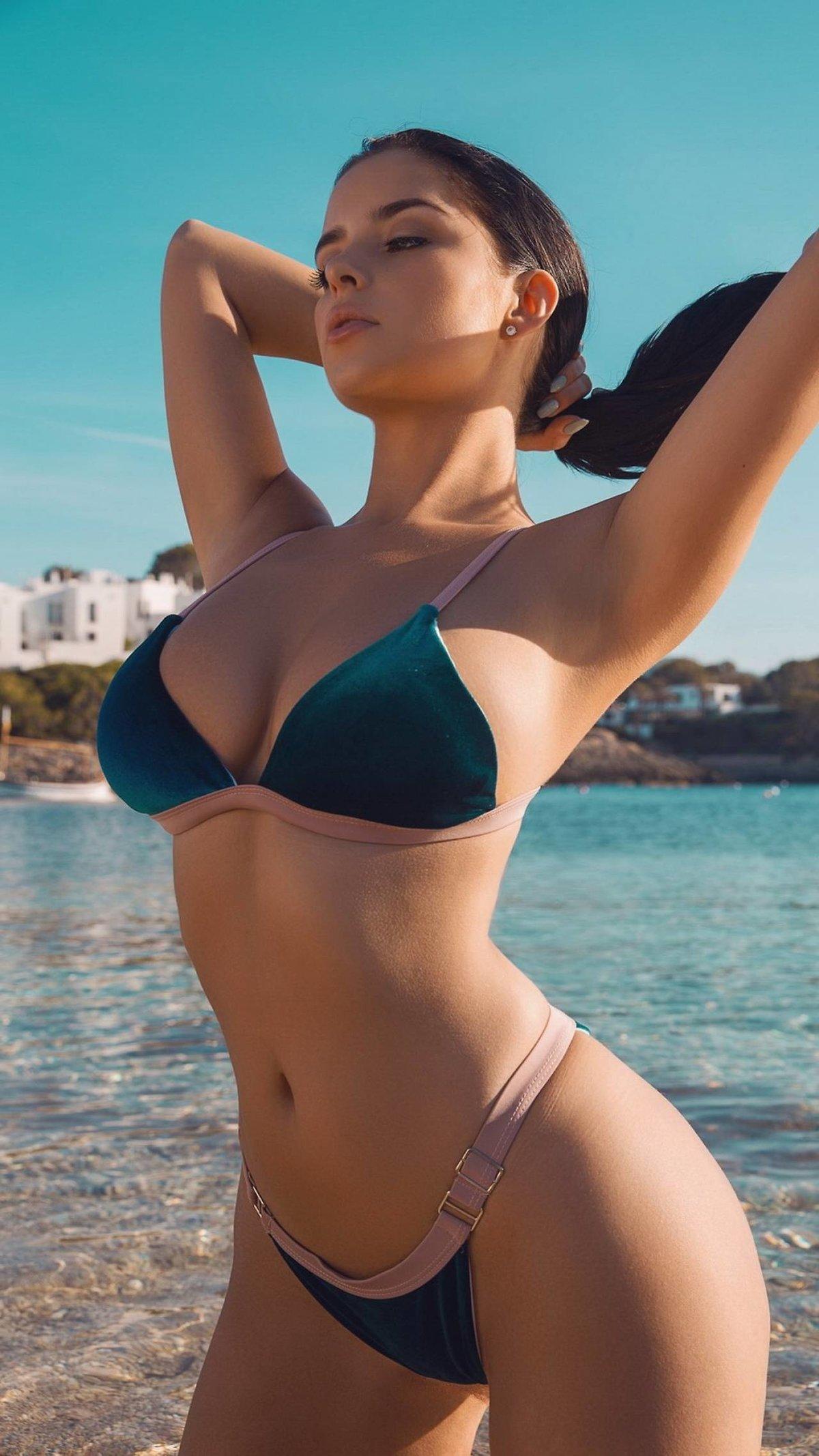 девки трахаются горячие телочки в купальниках нечасто появляется