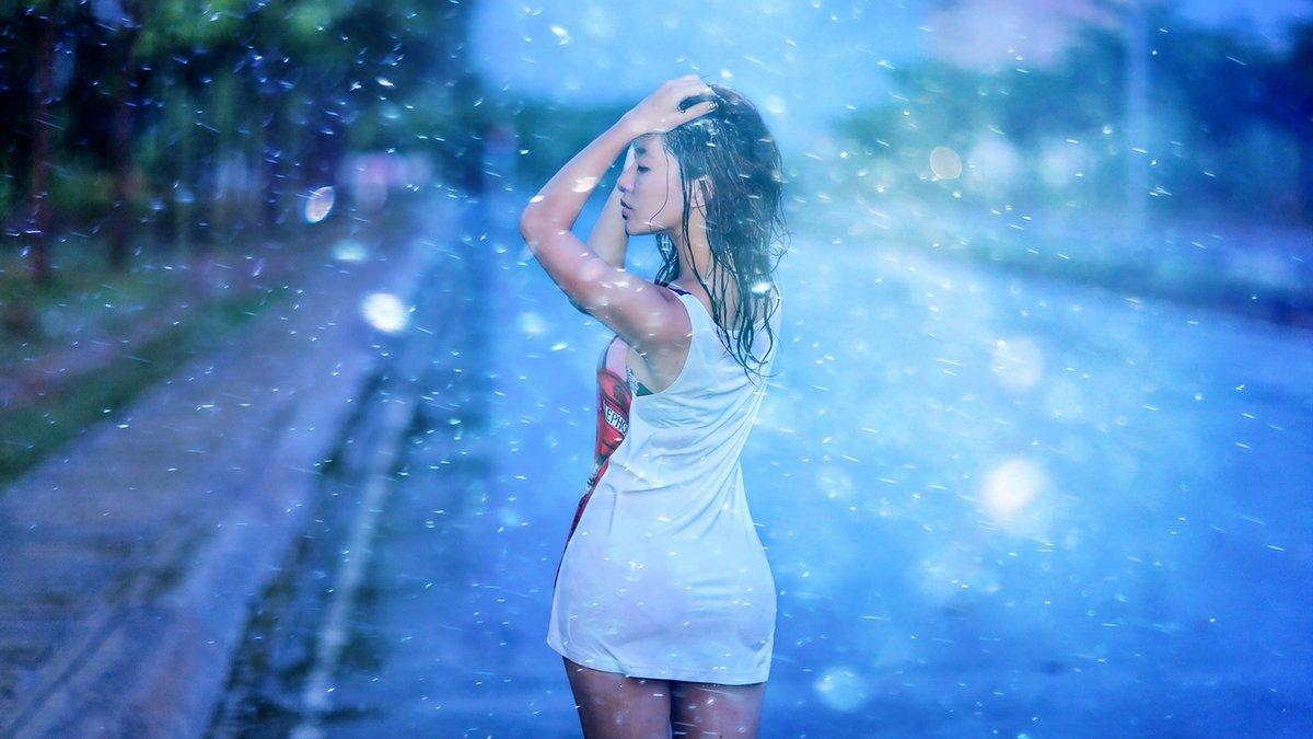 Девушки мокнут на дожде, порно мастурбация в белье зрелых