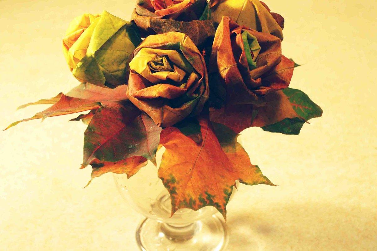 Хризантемы герберы, красивый букет из листьев деревьев