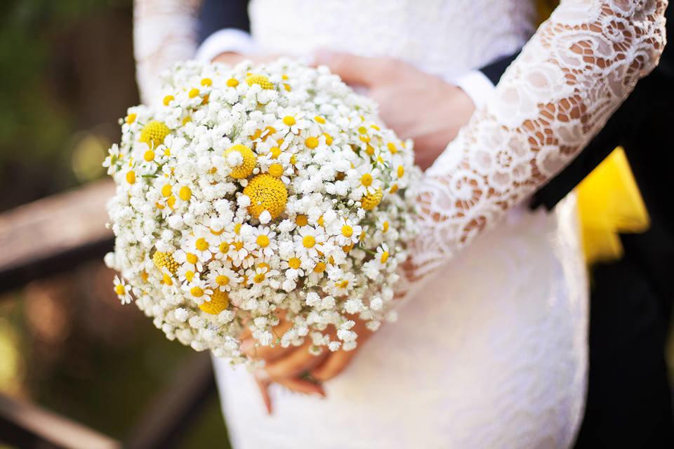 Букет невесты из ромашек круглый моск, цветов